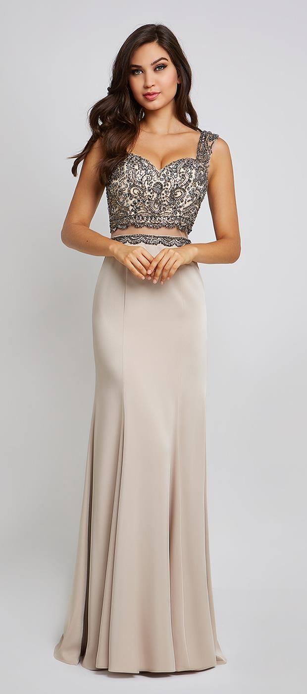 f70ef53be Vestido longo Cersei de alça larga com decote coração em tule bordado de  pedraria, detalhe