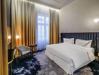 Chambre de luxe avec lit King Size à l\'hôtel Century Old Town de ...