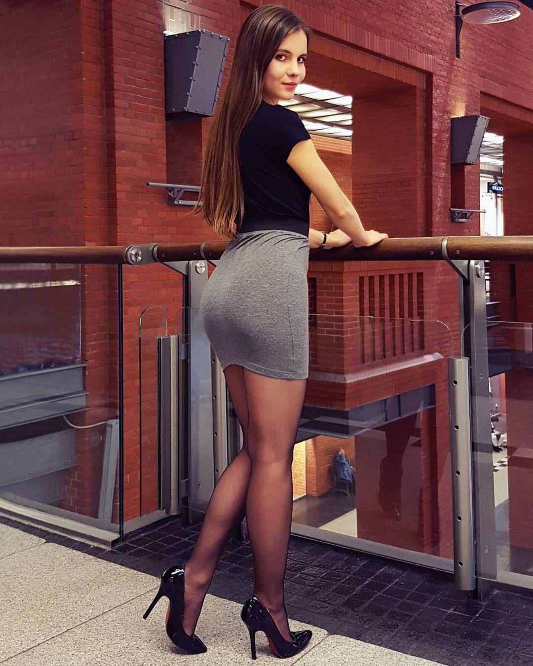 "f644bafa2b09 suki2links: "" razumichin2: ""Grey and black "" Wow! I ❤ her tight dress and  high heels, she has sexy legs and hips """
