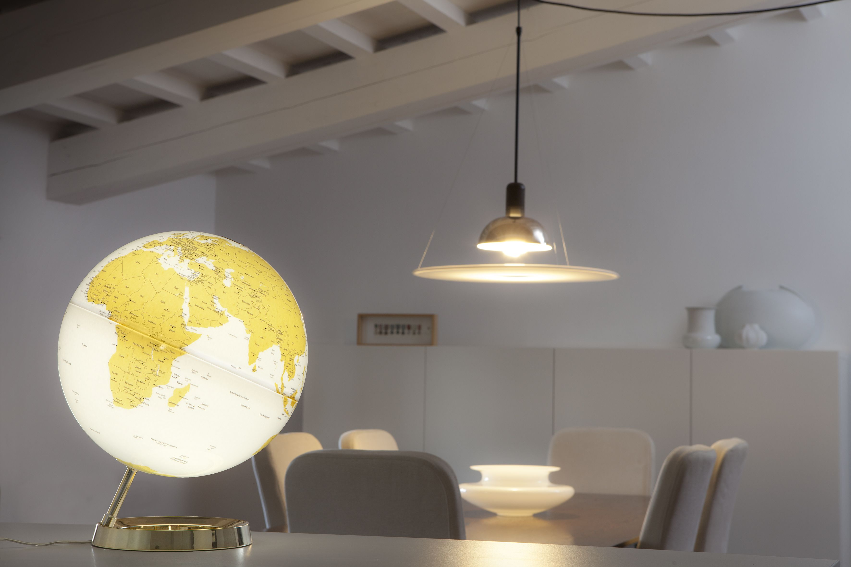 Design-Leuchtglobus Atmosphere Light & Colour Gold EUR 99,00 #interiorinspiration #decorinspiration #apartmenttherapy #decorhome #apartmentlife #abmathome #interiorinspo #interiorideas #interiorarchitecture #madeinitaly #design #worldmap #globes #danishdesign #interiordesign #designlamps