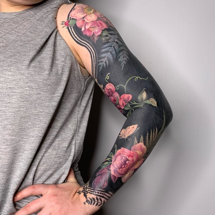 Photo of An Artist Covers Her Clients With Blackout Floral Tattoos That Look Like Fancy Clothing