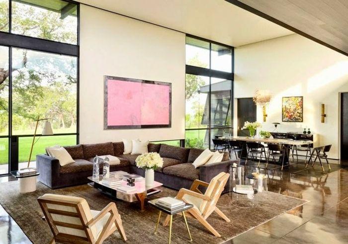 Wohnzimmer Ideen Für Kleine Räume, Braune Eckcouch, Kleiner Tisch Und Zwei  Weiße Stühle