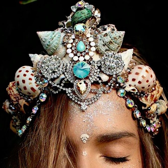 Women Are Transforming Into Mermaids With Crowns Made FROM REAL Seashells –…