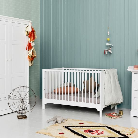 Das Babybett von Oliver Furniture ist höhenverstellbar und