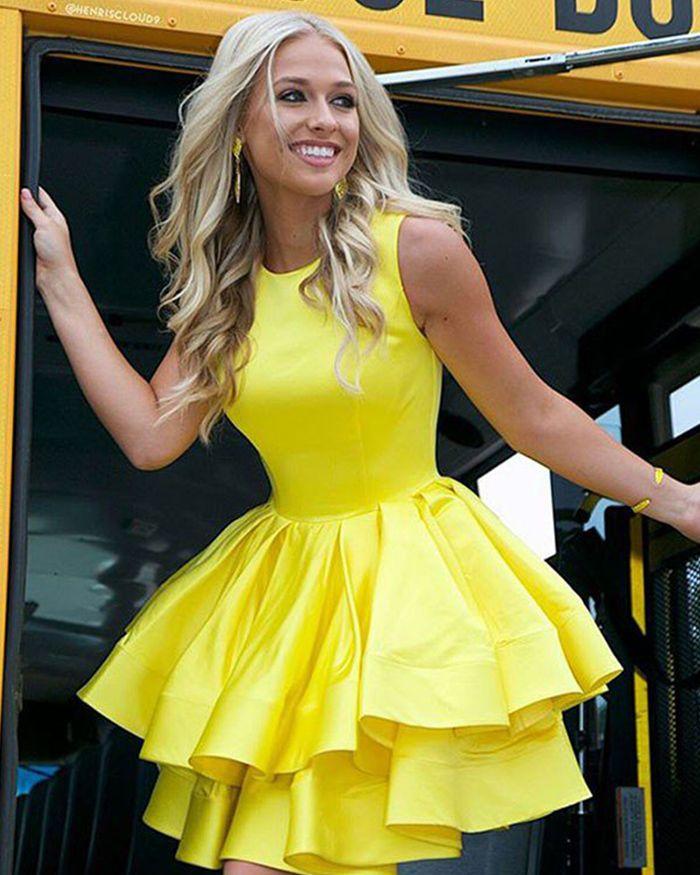 желтое платье как у блондинки подходит очередь