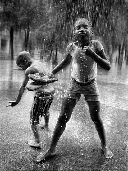 Ninos Jugando Bajo La Lluvia Black And White Photography Rain Statue