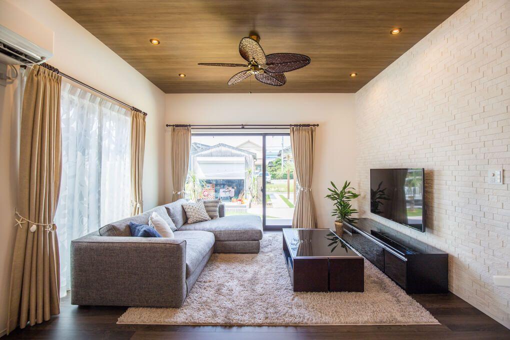 ダーク色の床に合わせて天井には木目調を配し tv面は機能的にも優れ