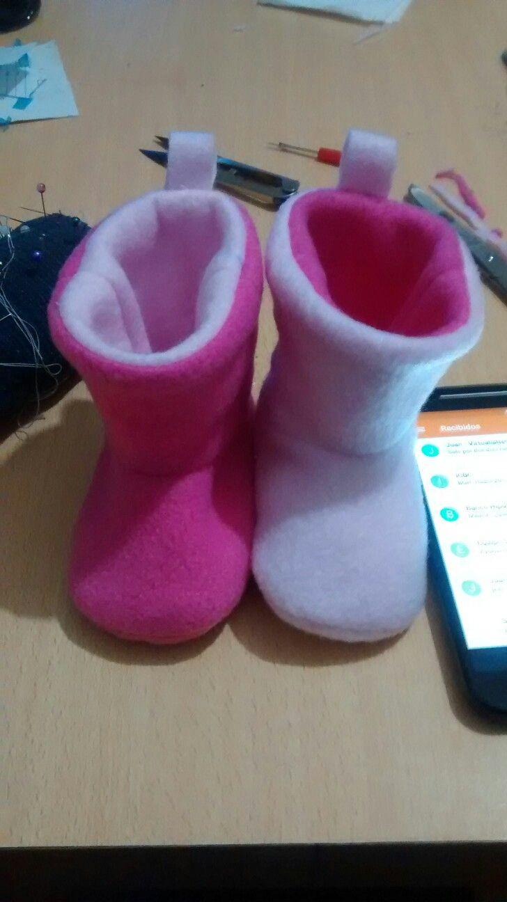 8e6089805cd Botitas de bebé reversibles en polar