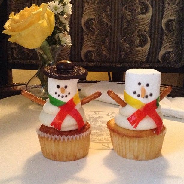 ⛄⛄ I had so much fun making these  love holiday baking & decorating :) #fun #snowmen #cupcakes #yum