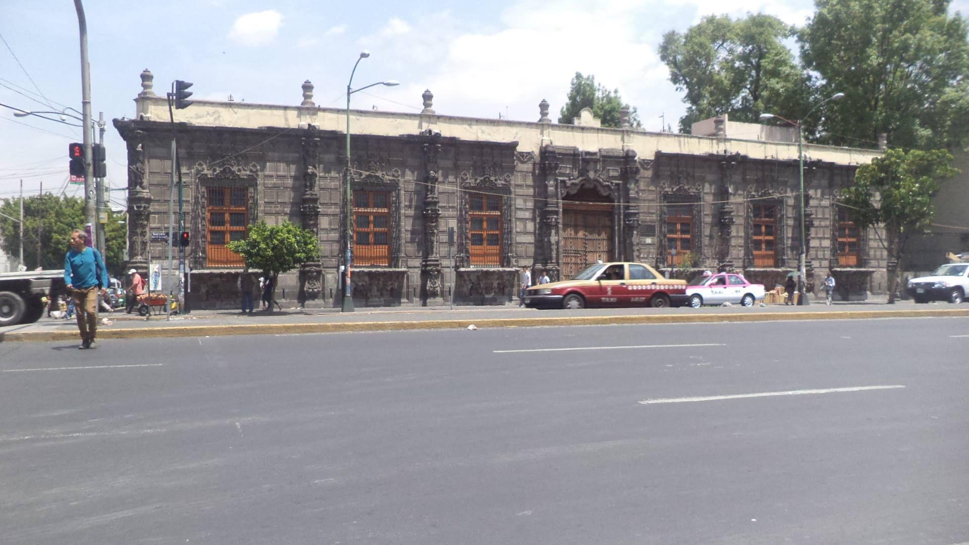 CASA DE LOS MASCARONES La Casa de los Mascarones es una