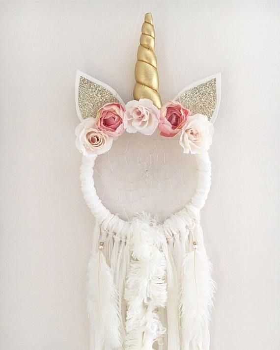 Llamando a todos los amantes de unicornios!!! Unicornios son la cosa ahora mismo y la hermosa caprichosa Asyah unicornio atrapasueños sería el complemento perfecto para cualquier espacio pequeño de niñas! Cada receptor es mano hecha a mano con amor y buenas intenciones. Los
