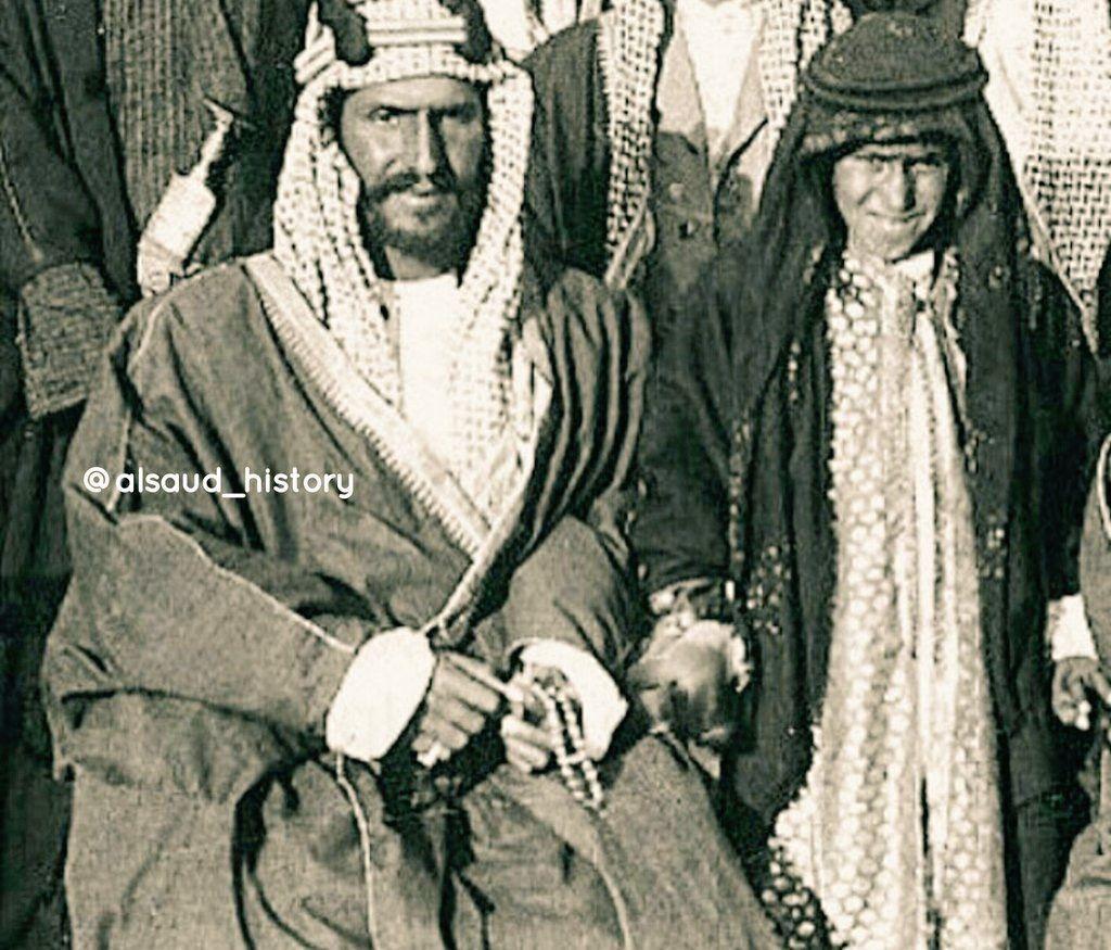 صورة نادرة للملك عبدالعزيز وهو بعمر الـ34 عام وبجانبه أكبر أبناءه الأمير تركي الأول وهو بعمر الـ10 أعوام وتم التقاط هذه الص Historical Figures Art Historical