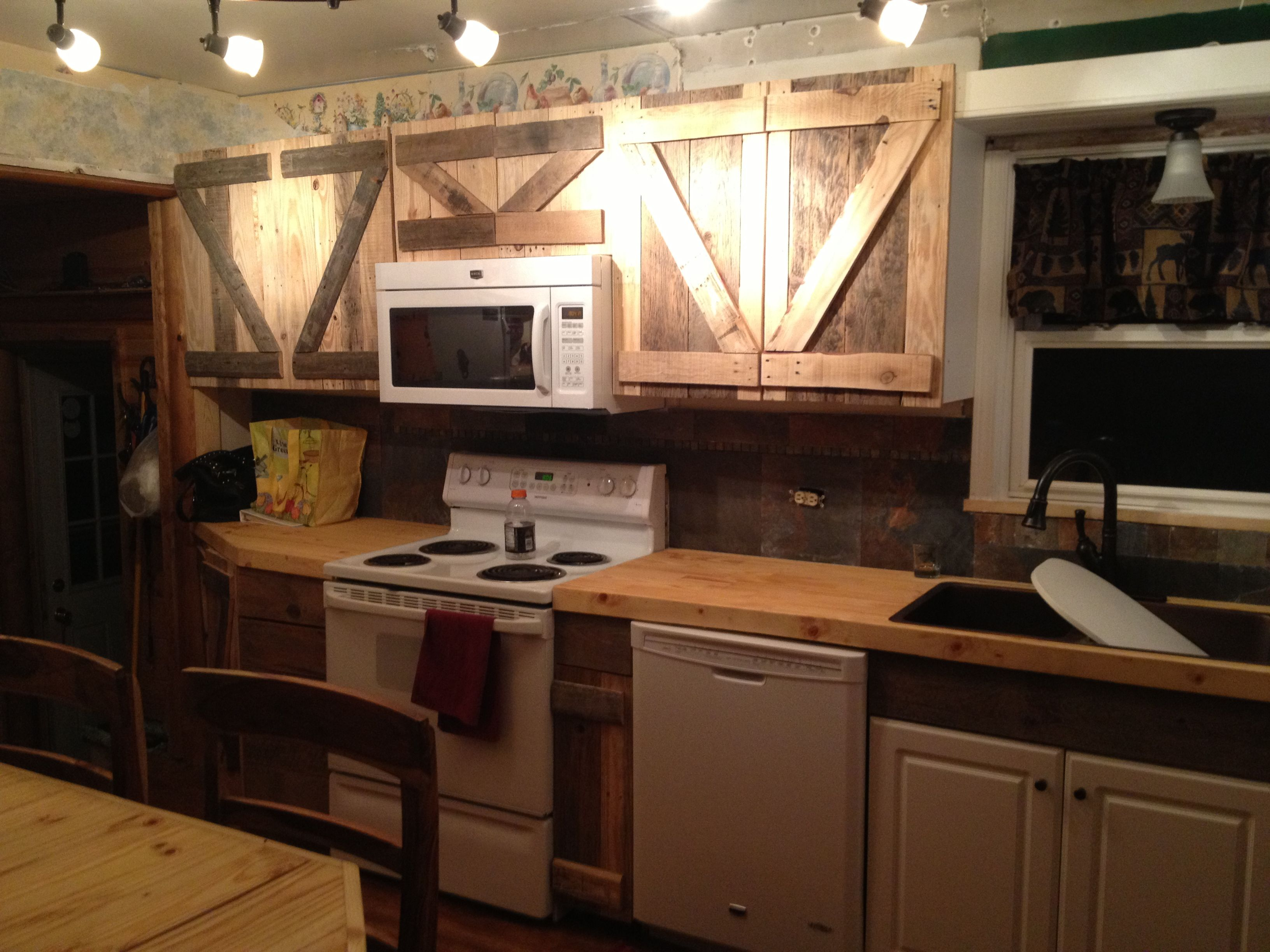Using wood pallets to get the rustic look in our kitchen ...