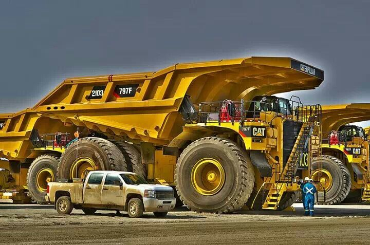 Big Dump Trucks >> Cat 979 Big Dump Truck It Takes Four Flatbed Semis To