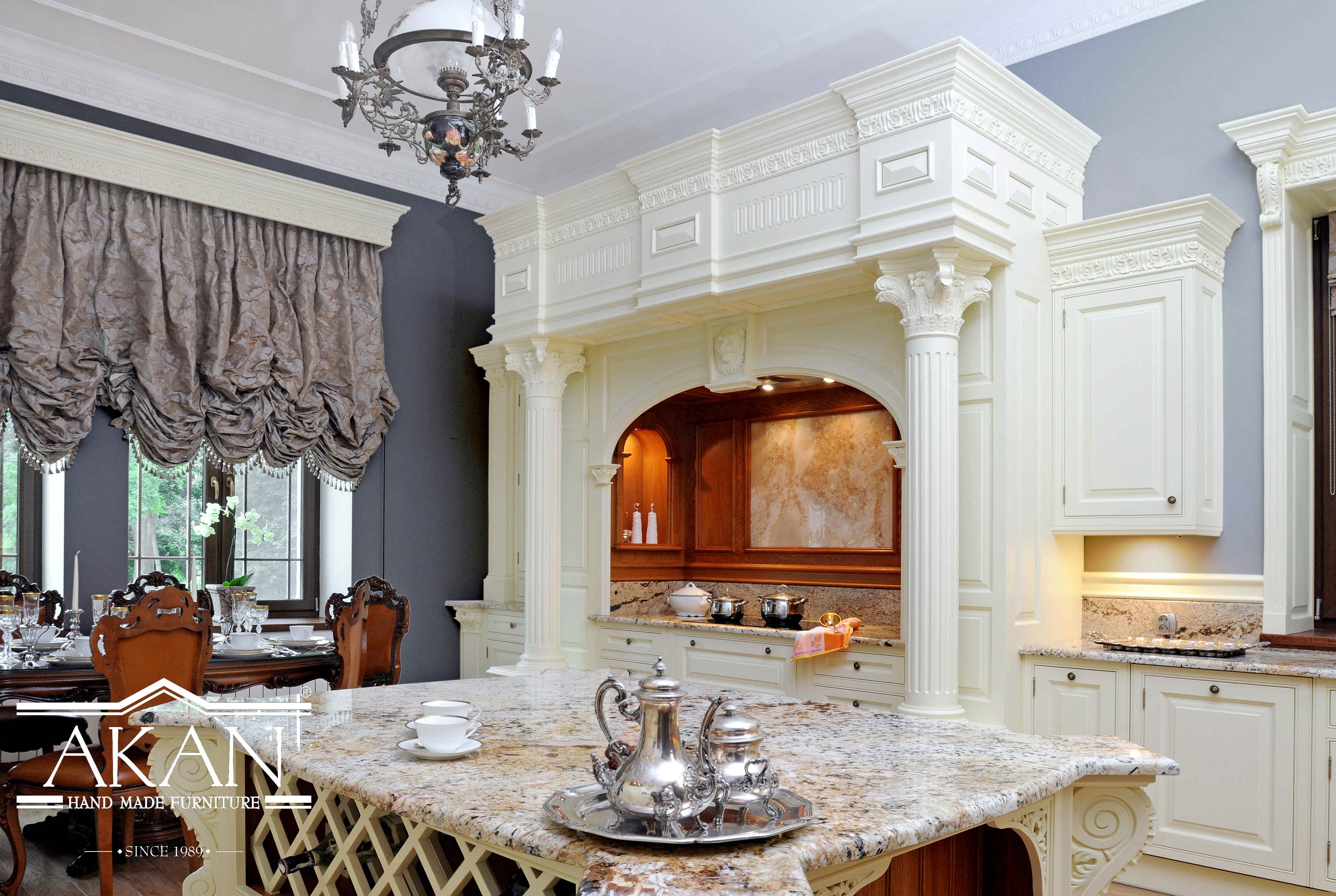 Luksusowa Zabudowa Kuchni Pilastry W Kuchni Stanowisko Piecowe Wyspa Kuchenna I Winiarka Beautiful Luxury Royal Kitchen In White Crea Home Home Decor Decor