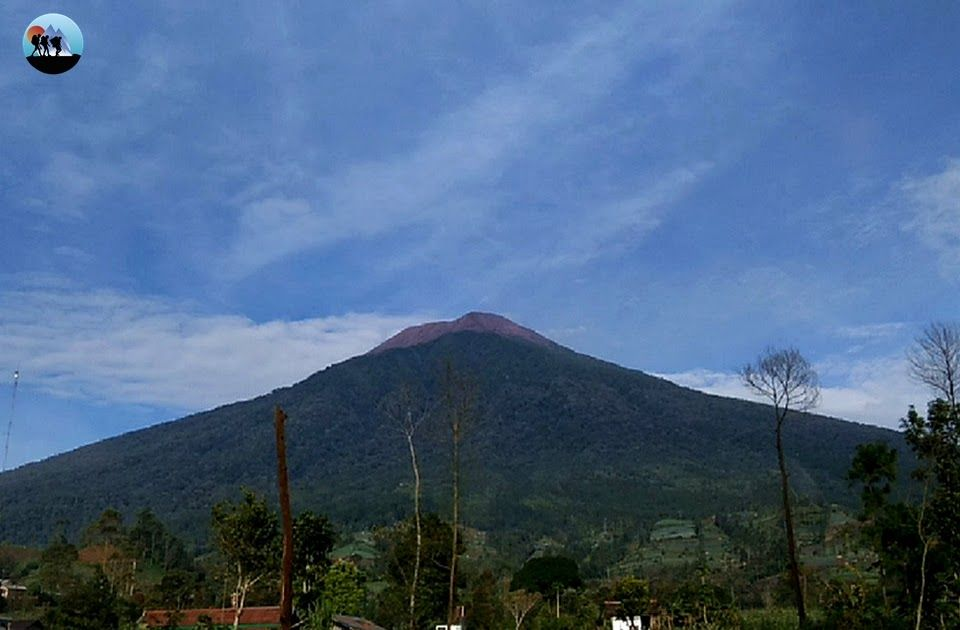 30 Pemandangan Puncak Gunung Slamet Orang Orang Yang Sudah Berada Di Puncak Juga Terlihat Ramai Sekali Dan Kemiringan Serta Jal Di 2020 Pemandangan Pegunungan Lautan