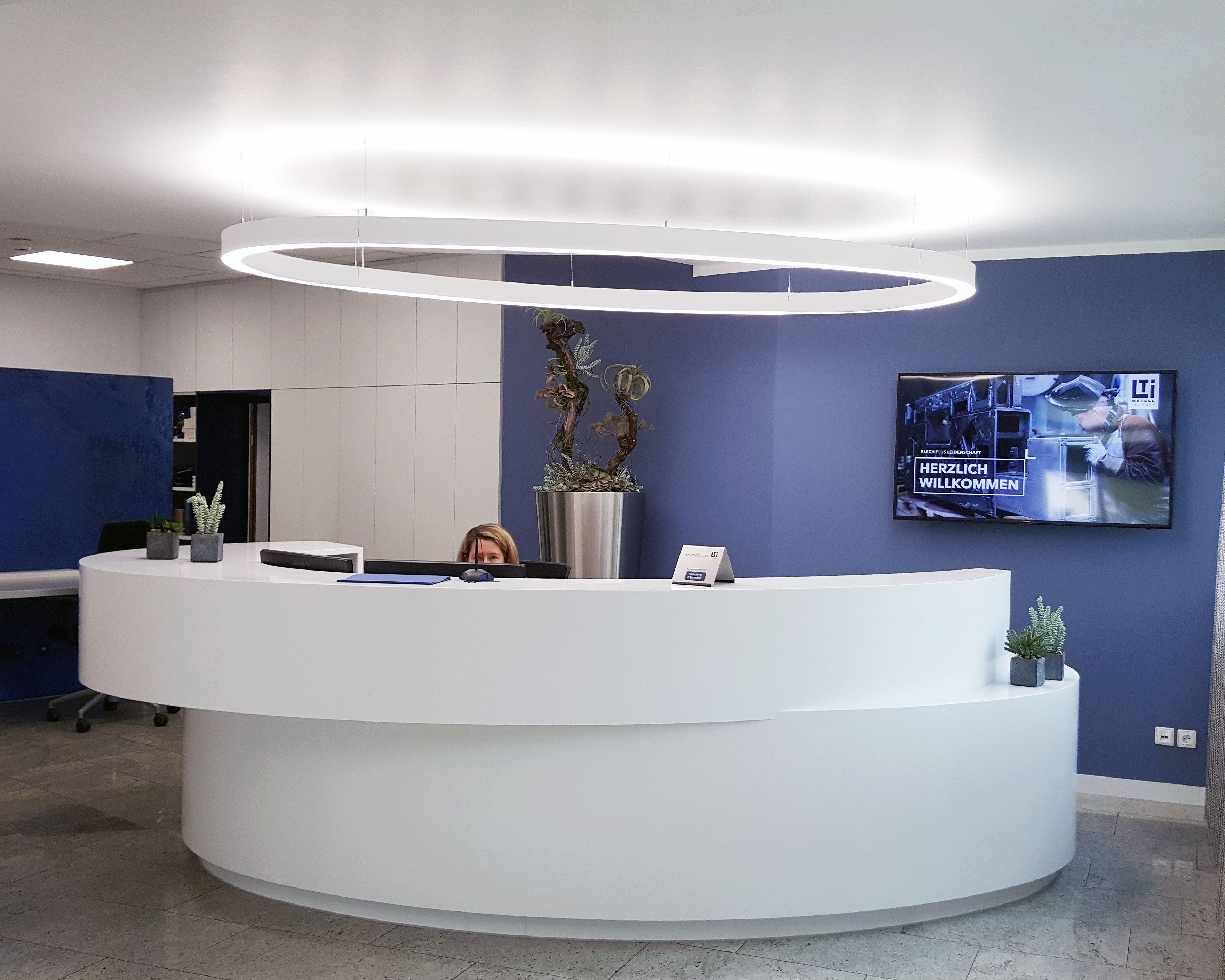 Empfangsbereich Empfangstresen Theke Corian Ellipse Weiss Blau Corporate Identity Metall Mesh Metallvorhang C Empfang Innenarchitektur Empfangstresen