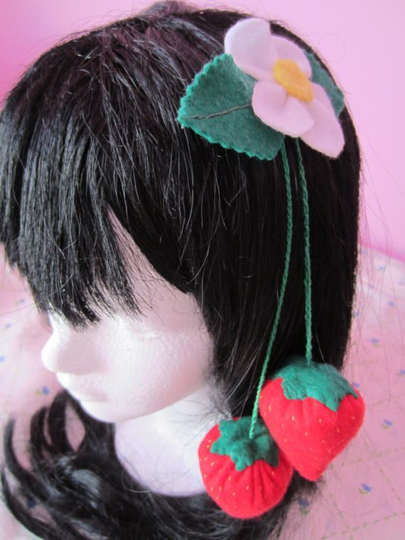 Have you ever thought about having strawberries hanging in your head? Well, now is time!  Prepare yourself for spring with this beautiful clip, made with felt, an alligator clip and a beautiful crochet chain. It will look great with your favorite strawberry dress!  Remember these are handmade, so need some extra care.  Dont forget to check CBS policies here: http://chocolatebunnystore.blogspot.mx/p/commissions.html