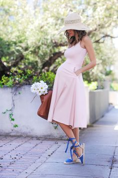 That is so gorgeous! maternity spring look.