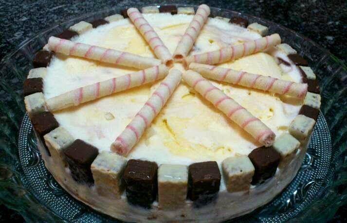 Torta de sorvete com Bis  http://scuriosa.blogspot.com.br/2014/04/torta-de-sorvete-com-bis.html