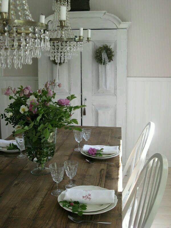 ~~~I love the roughness of the wooden table and the smooth elegance of the crystal chandeliers~~~