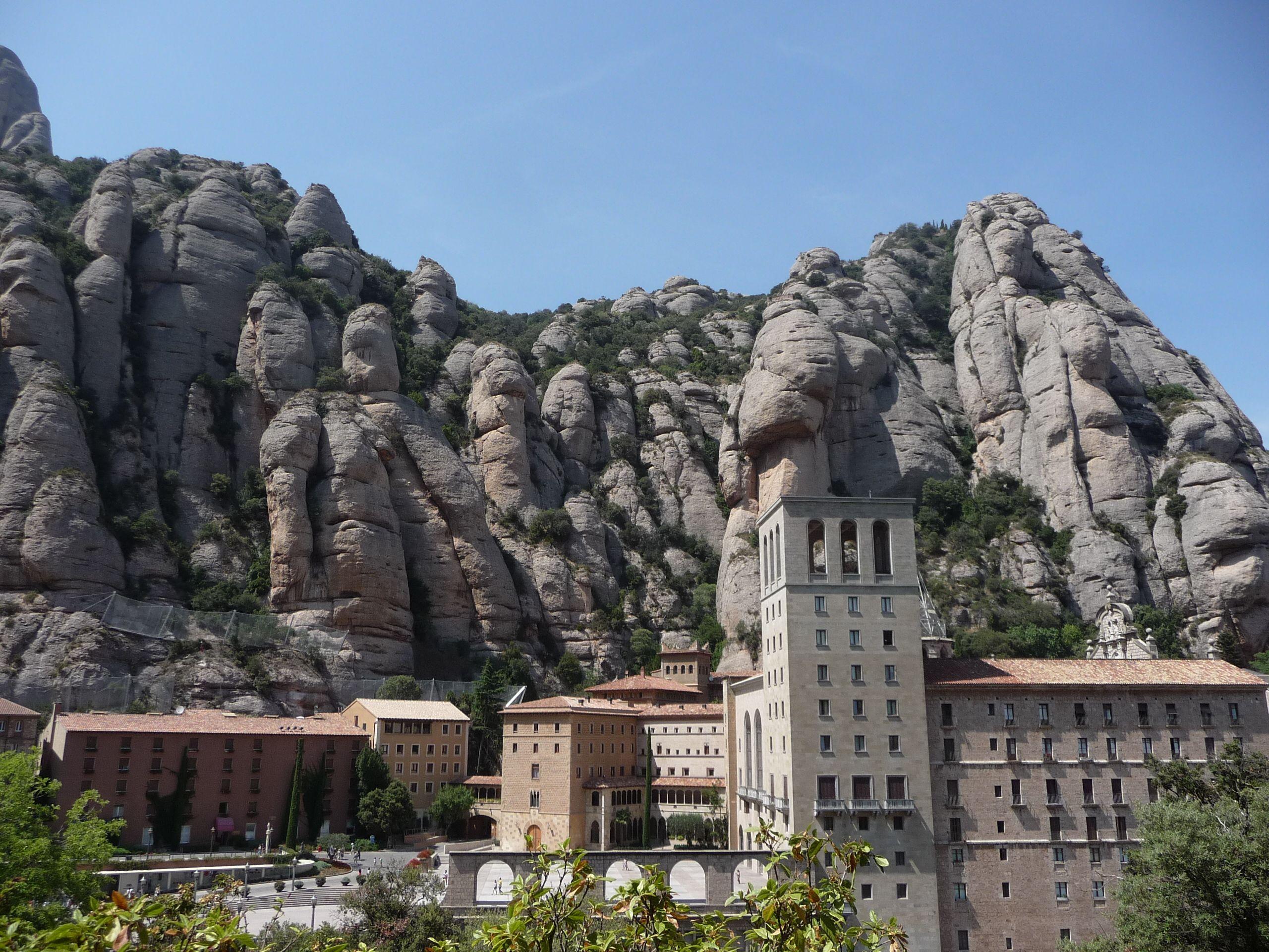 """монастырь Монтсеррат (многие по-русски пишут без буквы """"т""""),  (кат. Monestir Santa Maria de Montserrat, исп. Monasterio de Montserrat).   Монастырь в Montserrat был основан в 1025 г. Риполльским аббатом Олибой (abbot Oliba of Ripoll and Cuxa). Oднако первые небольшие католические храмы-часовни появились там еще в IX в., когда эта земля была отвоевана у мусульман – cарацинов, как их тогда называли. Аббат Олиба, по всей видимости, руководил постройкой монастыря; он был известным архитектором ."""