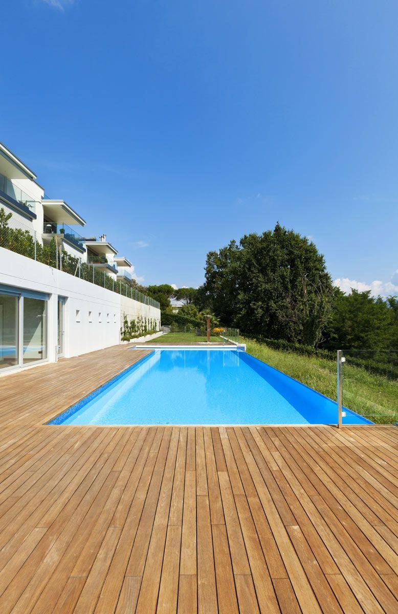 Bordes de piscina en madera suelo tipo deck piscina for Piscinas de plastico rectangulares