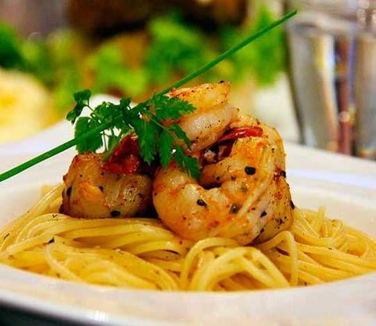 Espaguetis rápidos con langostinos y jamón