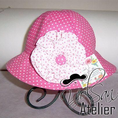 Sombrero de bebé modelo YM6762B en Fucsia con puntos blancos y el detalle es una flore en blanco con puntos fucsia