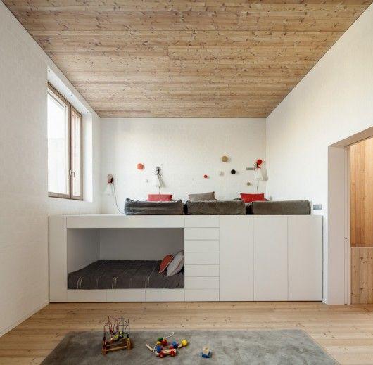 House 1014   H Arquitectes Podestbett, Stauraum und Kinderzimmer