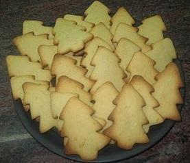 Cómo hacer galletas en forma de árbol de navidad. Se acercan las fiestas, y una buena forma de consentir a los más pequeños es cocinando una gran bandeja llena de galletas, una actividad muy sencilla que podemos hacer junto a ellos. Además si están u...