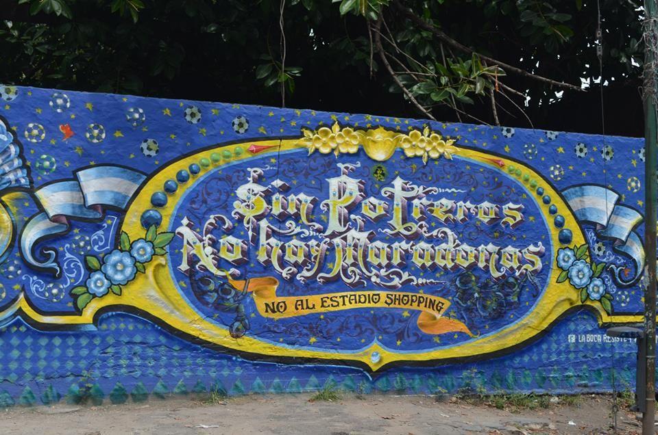 """Mural sobre Brandsen: """"Sin Potreros no hay Maradonas"""" NO AL ESTADIO-SHOPPING"""