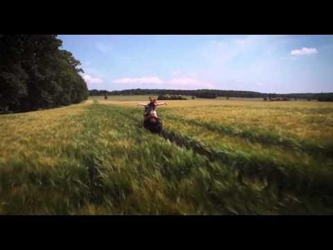 Ponymädchenfilm: Ostwind erzählt die spannende Geschichte von Mika, die durch die Begegnung mit dem scheuen Hengst Ostwind erkennt, was wirklich in ihr steckt. Ein Sommer, in dem das Leben für alle eine entscheidende Wendung nehmen wird!