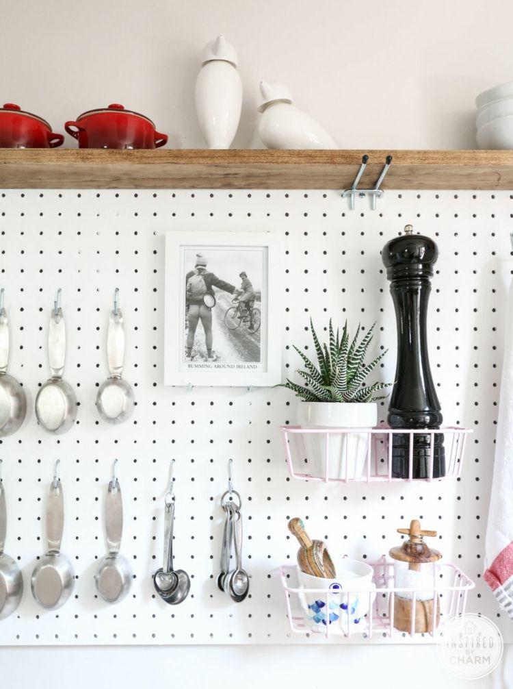 Fliesengestaltung Im Badezimmer Und Der Küche   Die Lochplatte Ist Praktisch