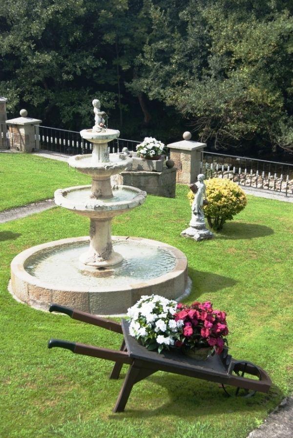 Fuentes cascadas y estanques para jard n fuentes de - Como decorar un estanque ...
