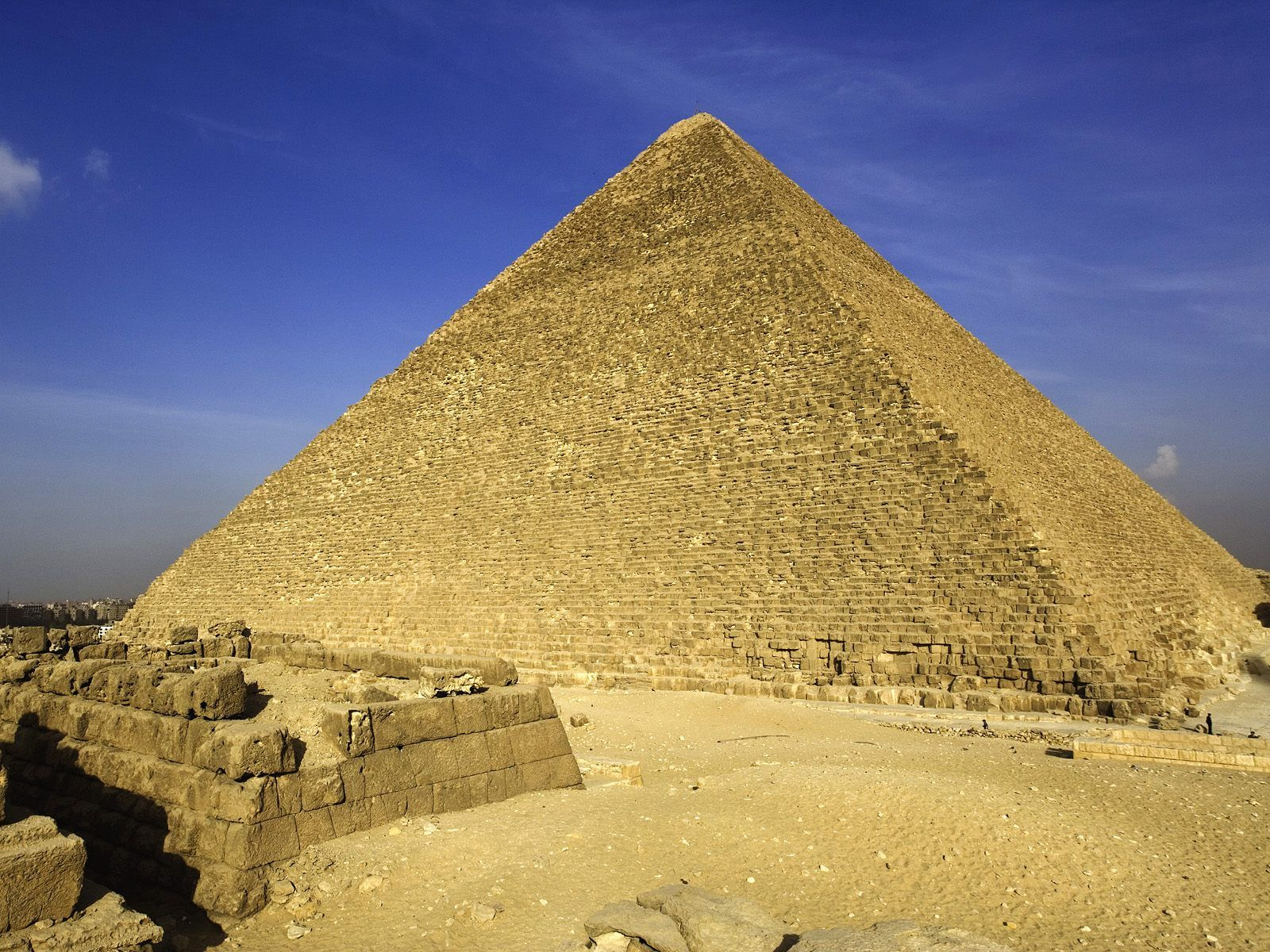The great pyramid of giza is the pyramid with measurements closest