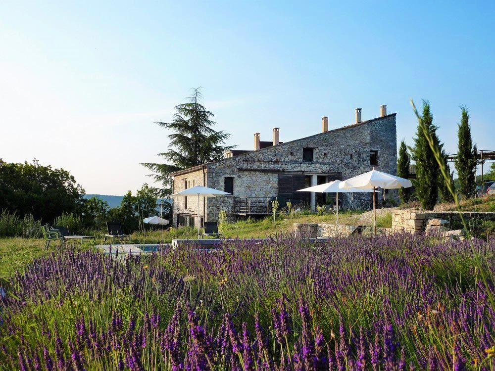 Le Hameau De Pichovet En Haute Provence Quatre Chambres D Hotes Et Des Locations De Vacances De C En 2020 Alpes De Haute Provence Locations Vacances Gites De Charme