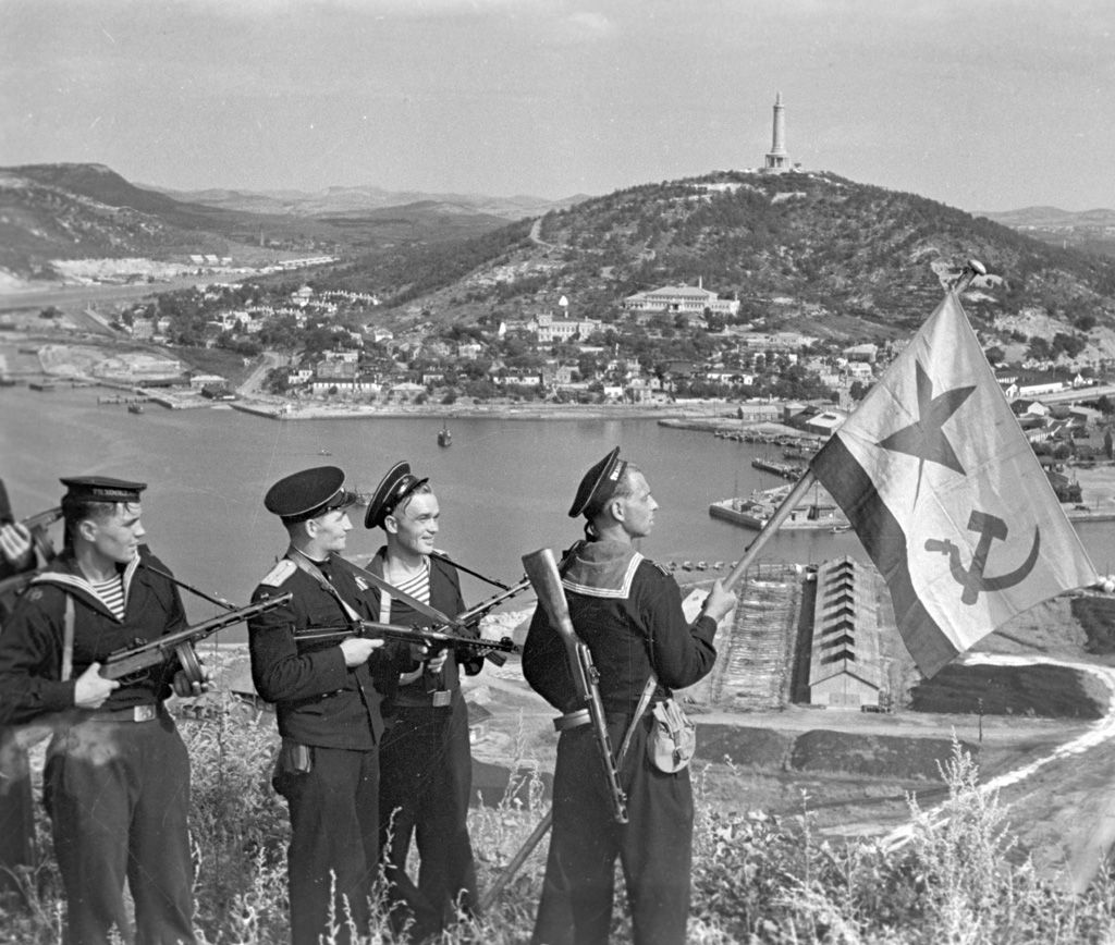 Pacific Fleet marines of the Soviet Navy hoisting the Soviet naval ensign in Port Arthur, on October 1, 1945.