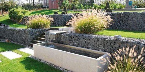 Jardin avec int gration d 39 un mur en gabion qui fait office for Gabion deco jardin
