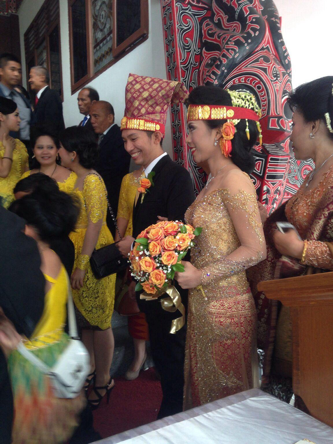 Gold kebaya for my batak wedding  Pakaian perkawinan, Wanita