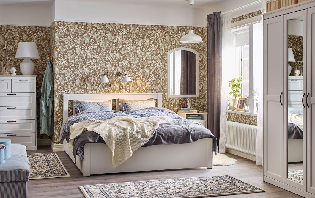 Schlafzimmer Im Traditionellen Stil In Beige, Blau Und Weiß Mit  Blumentapete Und SONGESAND Bettgestell Mit