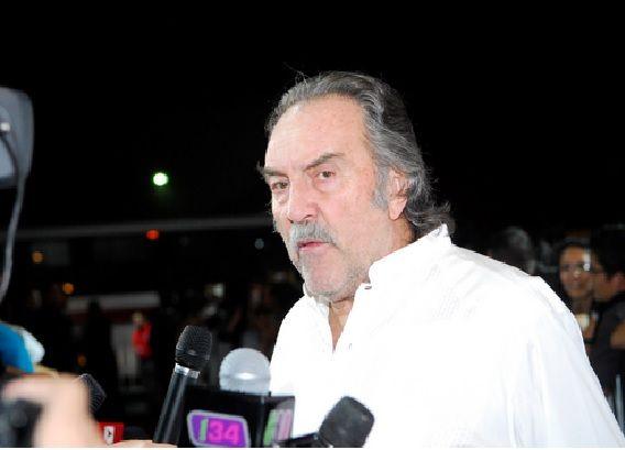 Tras confirmarse que el gobierno mexicano sobornó a los productores de la nueva película de James Bond (que se filmará en nuestro país) con $14 millones de dólares para que el guion sufriera varios cambios, un grupo de reporteros se dio a la tarea de investigar cuáles fueron las modificaciones que el gobierno exigió