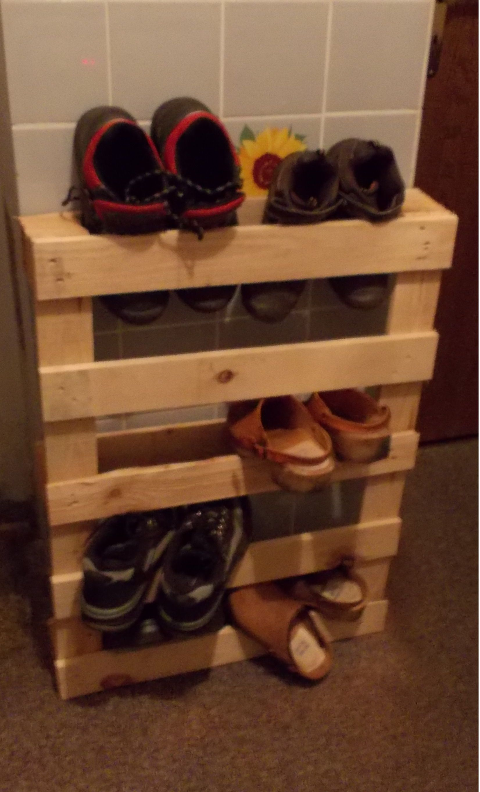 schuhregal aus einer palette my diy palettenprojecte pinterest schuhregal und bastelideen. Black Bedroom Furniture Sets. Home Design Ideas