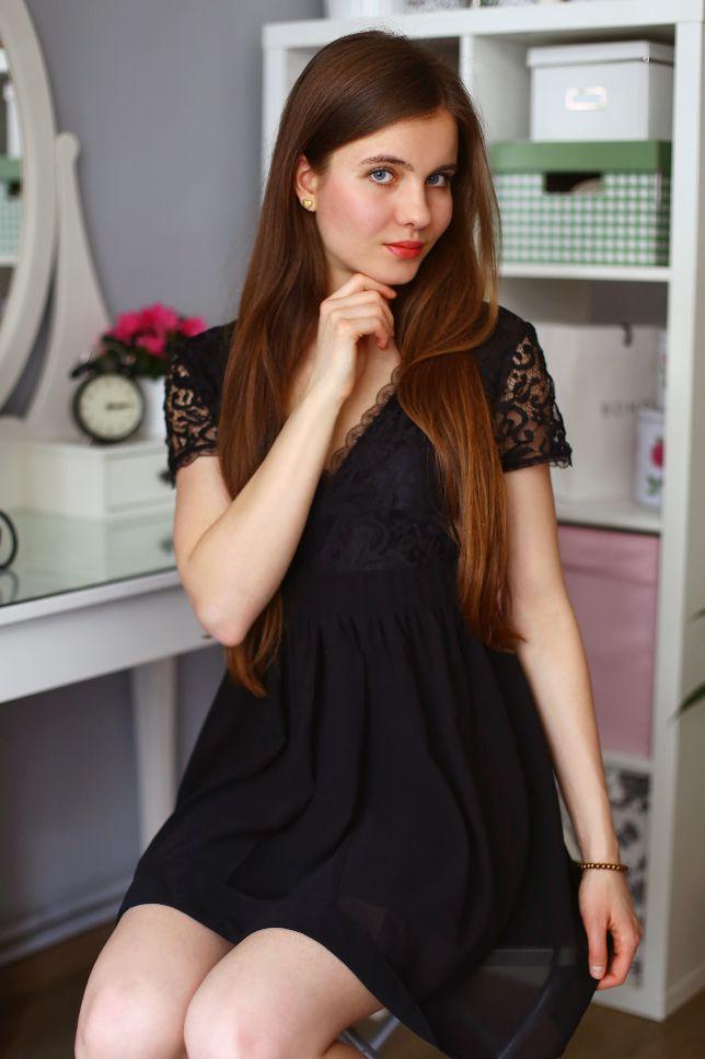 ...help! I have nothing to wear! - kobiecy blog o modzie: Czarna koronkowa sukienka z dekoltem i czarne lakierowane szpilki