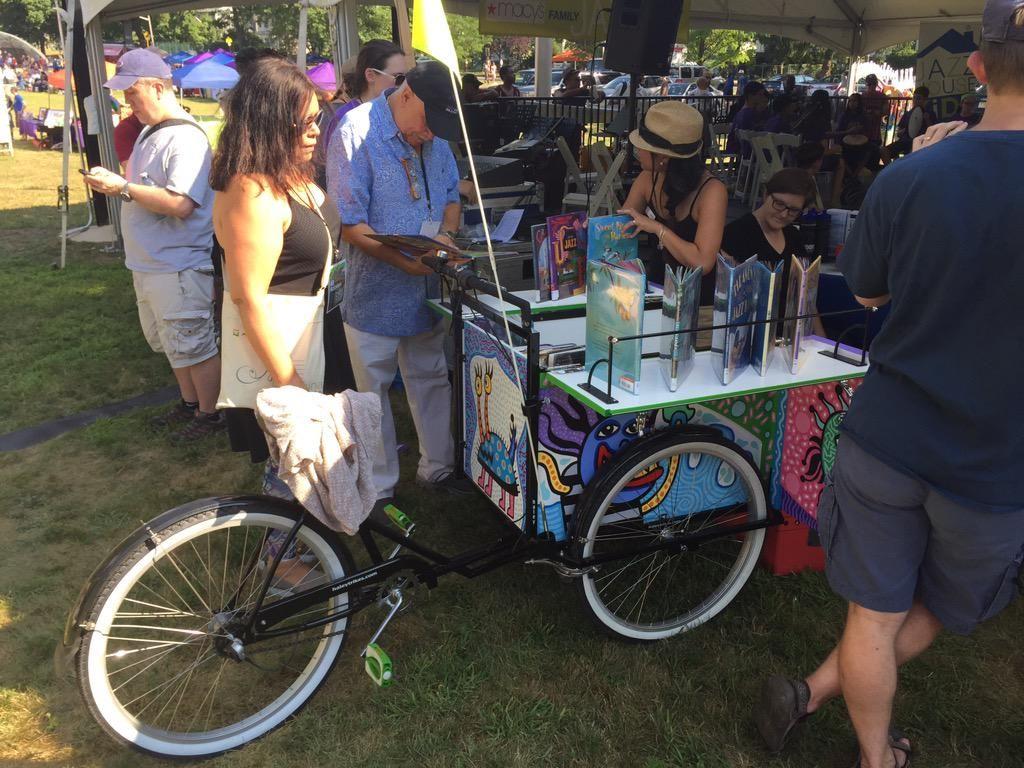 今日行ったイベントで  「自転車図書館」  を見つけました。自転車に本を積んでどっか行って、そこで図書館を開くと。夏とかナイスですよね。