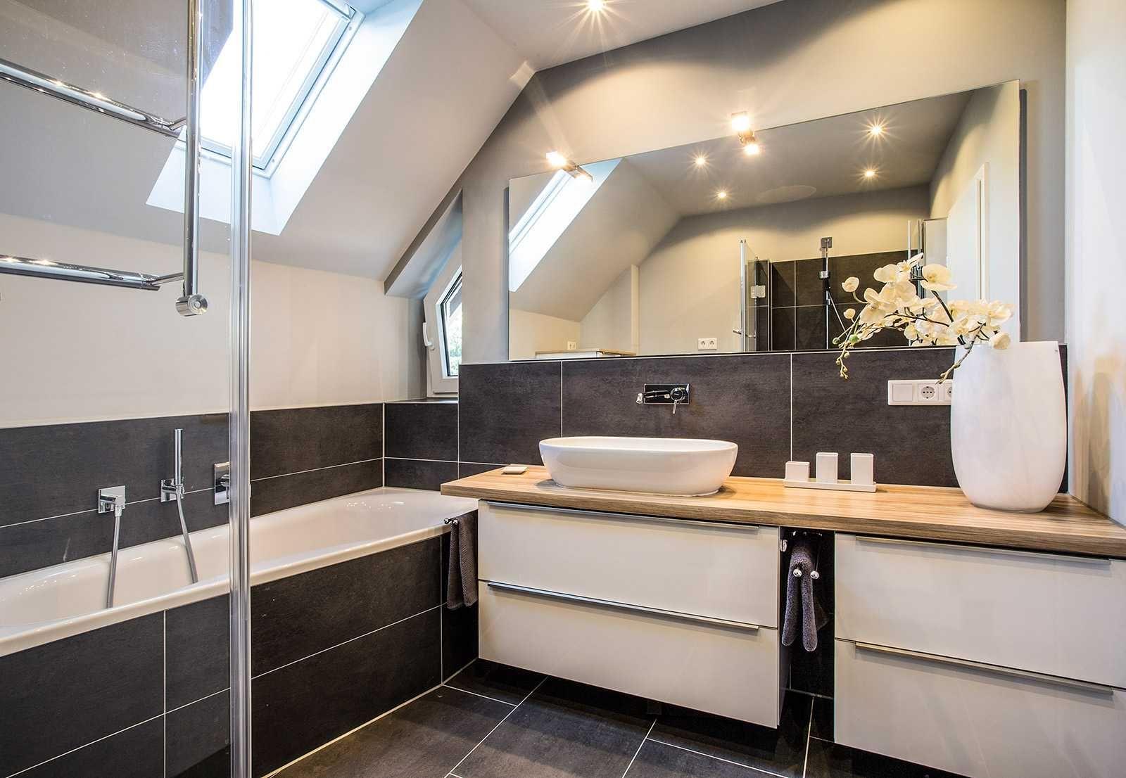 Badezimmer stuttgart ~ Modernes bad mit großem waschtisch und badewanne minibagno bäder
