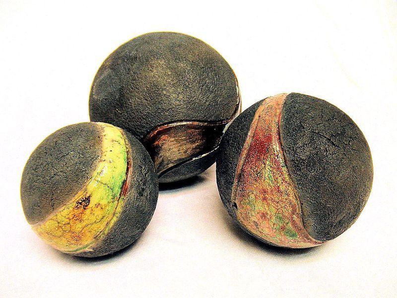 aus 3 schweren Keramik-Kugeln aus grobschamottiertem Ton, im Raku - kugeln fur garten