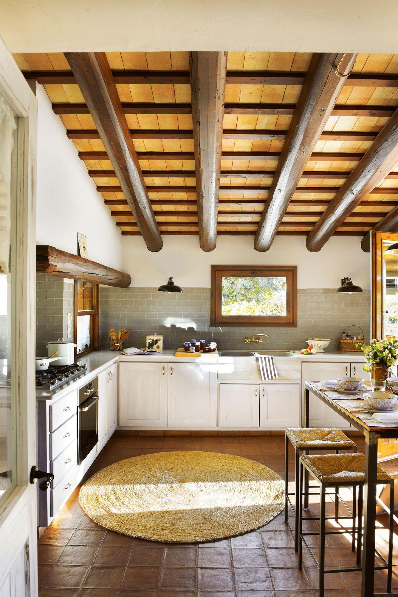 Cocina r stico com vigas de madera suelo de barro y - Muebles casa de campo ...