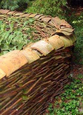 Alte Dachziegel Zu Einer Frei Stehenden Mauer Im Garten Aufgestapelt