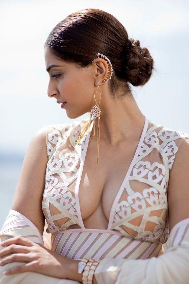 Sexy sonam kapoor boobs